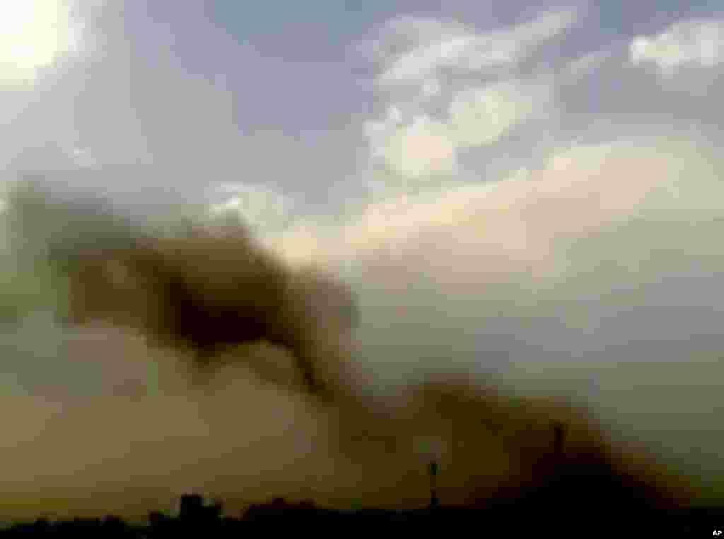 2012年10月3日叙利亚北部阿勒颇市的萨阿德勒贾比里广场发生巨大爆炸,截屏显示受到炸弹袭击的大楼冒着浓烟