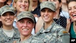 格里斯特(右)和哈維爾(中)是今年8月通過嚴苛的訓練課程,從陸軍遊騎兵學校畢業的第一批女性。