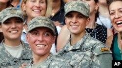 지난 8월 미군 특수군학교 졸업식에서 여군들이 미소 짓고 있다.