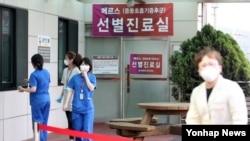 12일 중동호흡기증후군(메르스) 양성 확진 판정을 받은 A(59)씨가 치료받는 경북 경주 동국대 경주병원에 선별진료실이 마련돼 진료진이 오가고 있다.