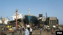 Industri penghancuran kapal-kapal rongsok di Pantai Alang, Gujarat, India (foto: 2009).
