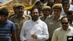 New Delhi Commonwealth Games chief organizer Suresh Kalmadi, center, who was Monday arrested by India's Central Bureau of Investigation, arrives for a court hearing in New Delhi, India, April 26, 2011
