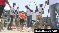 "Des membres de l'ONG IYF, ou ""International Youth Fellowship"" réalisent ""le grand ménage"" à Abidjan. (VOA/Narita Namasté)"