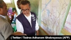 Dr Tedros Adhanom Ghebreyesus, directeur de l'Organisation mondiale de la santé, accompagné du ministre congolais de la Santé, sur le site d'une épidémie d'Ebola, à Bikoro, Tshuapa, 13 mai 2018. (Twitter/ Tedros Adhanom Ghebrey)