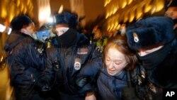 بازداشت یک هوادار الکسی ناوالنی، از رهبران اپوزیسیون روسیه، در اعتراضات ضددولتی در سنپترزبورگ، روسیه، سهشنبه ۱۴ بهمن ۱۳۹۹.