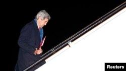 Menlu AS John Kerry bertolak dari Pangkalan Militer Andrews di Washington menuju Ukraina (3/3).