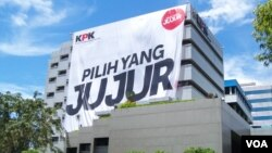 Spanduk bertuliskan 'Pilih yang Jujur' di gedung KPK, Jakarta Selatan. (VOA/Iris Gera)