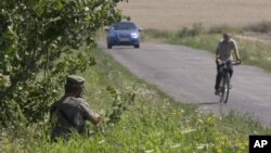 1일 우크라이나 도네츠크 지역에서 친러시아계 반군이 경계근무를 서고 있다.