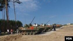 中國積極從烏克蘭獲取坦克和戰車技術。 2015年在俄羅斯梁贊州參加軍事比賽活動的中國軍隊裝甲戰車。(美國之音白樺)