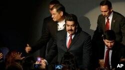 El presidente venezolano Nicolás Maduro llega a la cumbre de Unasur junto a su homólogo ecuatoriano Rafael Correa en Guayaquil. Maduro minimizó las sanciones aprobadas por el Senado.