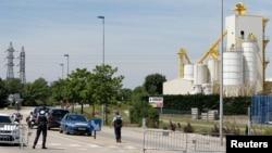 Petugas keamanan Perancis memblokir jalan menuju kawasan industri Saint-Quentin-Fallavier, luar Lyon, Perancis, 26 Juni 2015.