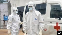 Медики в захисному одязі в столиці Ліберії Монровії