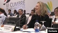 La secretaria de estado, Hillary Clinton, sonríe a un comentario del presidente Juan Manuel Santos, durante el diálogo social de la Cumbre.