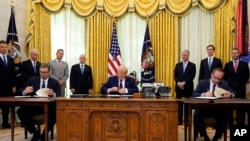 Ceremonija potpisivanja sporazuma o ekonomskoj normalizaciji odnosa između Srbije i Kosova - uz posredstvo predsednika SAD-a Donalda Trampa. (Foto: AP/Evan Vucci)