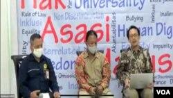 Komisioner Komnas HAM, Choirul Anam (tengah) dan Beka Ulung Hapsara (kanan) saat merilis hasil temuan dan investigasi timnya terkait kematian pendeta Yeremia Zanambani, Senin 2 November 2020. (Foto: VOA/Anugrah)