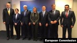 Frederica Mogherini za premijerima zemalja zapadnog Balkana, 18. decembar 2017.