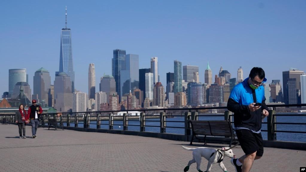 TƯ LIỆU: Khung cảnh khu vực hạ Manhattan của Thành phố New York nhìn từ Công viên Liberty State ở Jersey City, bang New Jersey, ngày 9 tháng 3, 2021.