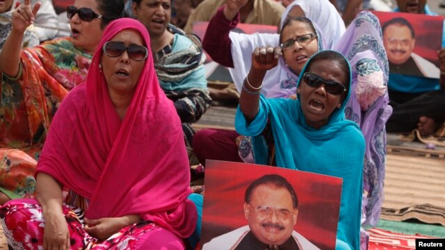 Female supporters of Pakistan's Muttahida Quami Movement (MQM) political party, chant slogans to show solidarity with their leader Altaf Hussain in Karachi, Pakistan, June 4, 2014.