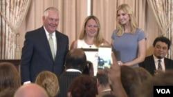 ایوانکا ترامپ دختر و مشاور آقای ترامپ به همراه تیلرسون وزیر خارجه آمریکا از این افراد تقدیر کرد.