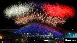Vatromet iznad Olimpijskog parka u Sočiju tokom ceremonije otvaranja 22. Zimskih olimpijskih igara