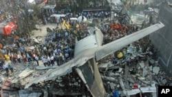 Para petugas mencari korban di lokasi jatuhnya pesawat Hercules di Medan (30/6). (AP/Yudha Lesmana)