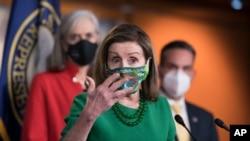 众议院议长南希·佩洛西在众议院投票表决通过1.9万亿美元纾困法案前和记者会面。(2月26日)