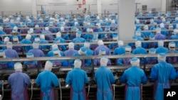 泰国一家海鲜市场的工人们(资料照片)