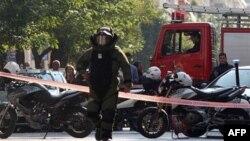 Greqia pezullon shërbimin postar pas zbulimit të tre zarfave me bombë