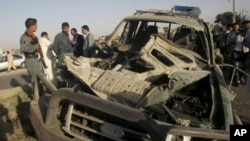 阿富汗軍方調查爆炸車輛。