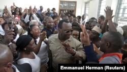 Freeman Mbowe (au centre), président de Chadema, principal parti d'opposition tanzanien, au tribunal de première instance de Kisutu à Dar es Salaam, en Tanzanie, le 10 mars 2020.