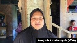 Rahmawati, salah seorang warga di Desa Kuala Penaga, Aceh Tamiang, Aceh (foto: VOA/Anugrah Andriansyah)