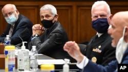 Gjatë dëshmisë në Kongres, nga e majta, Dr. Robert Redfield, Dr. Anthony Fauci, Admiral Brett Giroir dhe Dr. Stephen Hahn