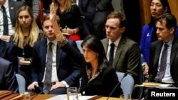 Duta Besar AS untuk PBB Nikki Haley mem-veto resolusi rancangan Mesir mengenai keputusan AS baru-baru ini terkait status Yerusalem, dalam pertemuan Dewan Keamanan Perserikatan Bangsa-Bangsa mengenai situasi di Timur Tengah, termasuk Palestina, di Markas Besar PBB di New York, 18 Desember 2017.