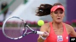 Petenis Polandia Agnieszka Radwanska memukul balik bola ke arah petenis Serbia Ana Ivanovic dalam pertandingan hari keempat Kejuaraan Qatar Terbuka di Doha (foto: 14/2).