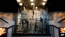 Pameran 'The Hunger Games: The Exhibition', menunjukkan seni, sains dan sejarah dunia Panem memulai tur globalnya di New York. Pameran ini menampilkan kostum ikonik termasuk gaun Girl on Fire dan gaun Mockingjay.