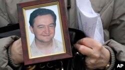 Natalija Magnickaja drži portret svog sina Sergeja Magnitskog