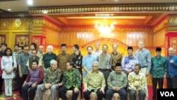 Gubernur Zaini (ketiga dari kiri) bersama sejumlah pakar dari negara yang mengikuti ICAIOS ke-5.