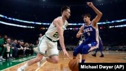 Gordon Hayward des Boston Celtics, à gauche, contre Dario Saric de Philadelphie, Boston, le 16 octobre 2018.