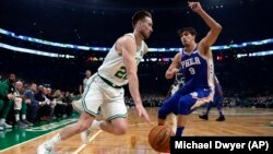 Gordon Hayward des Celtics, à gauche, Boston, le 16 octobre 2018.