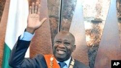 ປະທານາທິບໍດີ Laurent Gbagbໂບກມືໃສ່ປະຊາຊົນ ຫລັງຈາກສາບານໂຕເຂົ້າຮັບຕໍາແໜ່ງ ທີ່ນະຄອນຫລວງ Abidjan, ວັນທີ 4 ທັນວາ 2010.