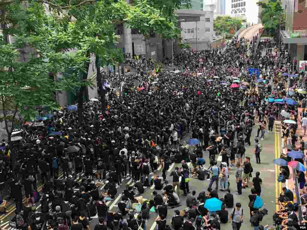 香港灣仔警察總部外的抗議民眾 (2019年6月21日) (美國之音湯惠芸拍攝)