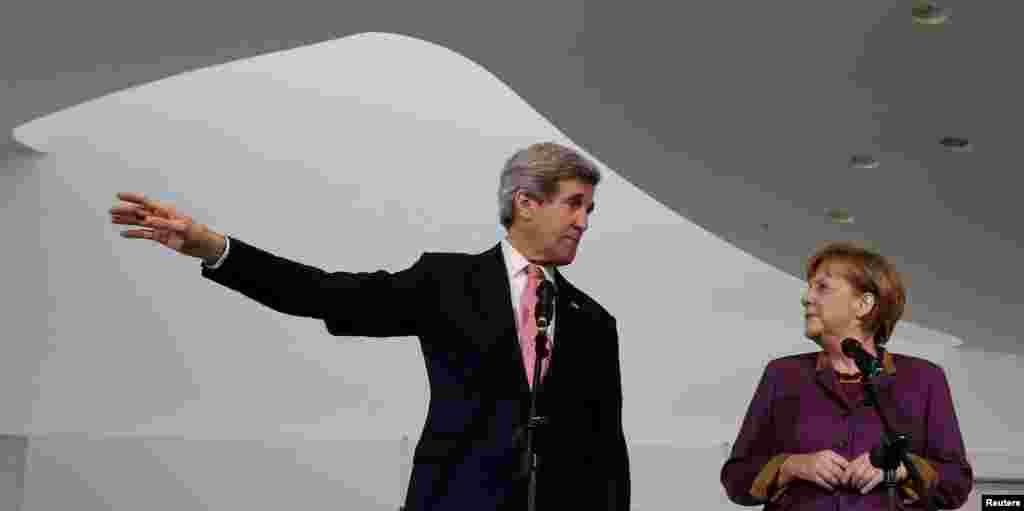 Almaniya kansleri Angela Merkel və ABŞ dövlət katibi Con Kerri media mənsubları ilə danışırlar. Berlin, 26 fevral, 2013.