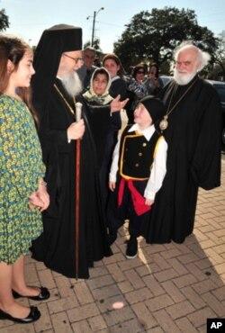Ο Αρχιεπίσκοπος Δημήτριος χαιρετά παιδάκια κατά την άφιξή του στο Τάρπον Σπρινγκς.