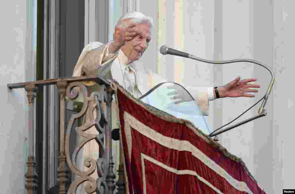Đức Giáo Hoàng xuất hiện trong một thời gian ngắn trên bao lơn nơi cư ngụ mùa hè của Ngài, ngày 28/2/2013.