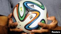 스포츠 용품업체 아디다스가 2014 브라질 월드컵 공인구 '브라주카'를 공개했다.