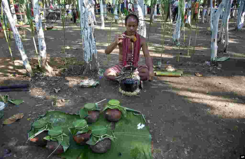 تہوار کے دوران پنڈت اپنے اور گاؤں کے لوگوں کے جسم اور چہرے پر چاول کا پاؤڈر مل لیتے ہیں۔