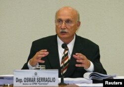 Brazilian lawmaker Osmar Serraglio reads his final report at a congressional inquiry investigating a bribes-for-votes scandal in Brasilia, March 29, 2006.