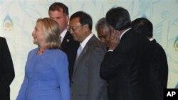 克林顿国务卿, 中国外长杨洁篪(中)和其他国家外长在东盟论坛会议之前
