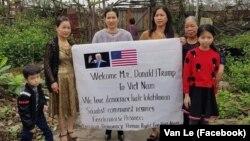 Lê Vân (trái) cùng một số phụ nữ khác bị công an Hải Phòng ngăn không cho ra đường chào đón Tổng thống Mỹ Donald Trump tới Hà Nội dự thượng đĩnh với Chủ tịch Triều Tiên Kim Jong Un hôm 26/2. (Facebook Van Le)