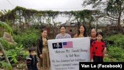 Các phụ nữ bị công an Hải Phòng ngăn không cho ra đường chào đón Tổng thống Mỹ Donald Trump tới Hà Nội dự thượng đĩnh với Chủ tịch Triều Tiên Kim Jong Un hôm 26/2. (Facebook Van Le)